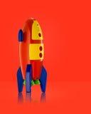 Childsstuk speelgoed raket op witte achtergrond Stock Afbeelding