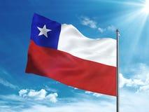 Chile flagga som vinkar i den blåa himlen Arkivfoton