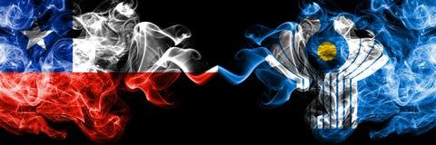 Chile gegen die rauchigen mystischen Flaggen des Commonwealth nebeneinander gesetzt Dickes gefärbt seidig raucht Kombination von  stock abbildung