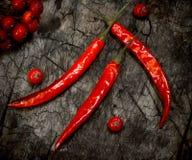 chile Peperoncino rosso rovente del pepe Su fondo di legno scuro Immagine Stock