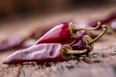 Chile pimientas de chile rojo en la tabla de madera Foco selectivo Imagenes de archivo