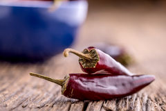 Chile pimientas de chile rojo en la tabla de madera Foco selectivo Foto de archivo libre de regalías