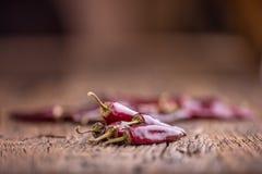 Chile pimientas de chile rojo en la tabla de madera Foco selectivo Fotos de archivo