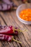 Chile pimientas de chile rojo en la tabla de madera Foco selectivo Imagen de archivo libre de regalías