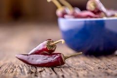 Chile pimientas de chile rojo en la tabla de madera Foco selectivo Fotografía de archivo libre de regalías
