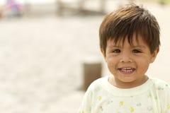 Chileense babyjongen op het strand Royalty-vrije Stock Afbeeldingen