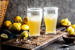 Chilena de Michelada da bebida Bebida de refrescamento mexicana chilena latino-americano tradicional da cerveja com limão, sal e  fotografia de stock