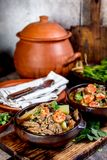Chilenare Ajiaco Latin - amerikansk mat Ajiaco - traditionell chilensk soppa med den grillade kött, löken och potatisen som in tj royaltyfri fotografi