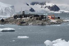 Chilenische antarktische Forschungsbasis Gonzalez Videla Aufgestellt auf der antarktischen Halbinsel an der Paradies-Bucht Lizenzfreies Stockfoto