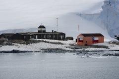 Chilenische antarktische Forschungsbasis Gonzalez Videla Aufgestellt auf der antarktischen Halbinsel an der Paradies-Bucht, die A lizenzfreie stockfotografie