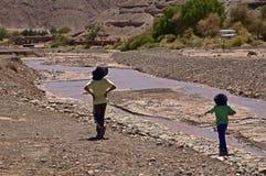 Chilenische Jungen durch Fluss Lizenzfreies Stockfoto