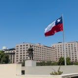Chilenos que caminan cerca de la bandera gigante en el La Alameda de Avenida con Imagenes de archivo