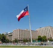 Chilenos que caminan cerca de la bandera gigante en el La Alameda de Avenida con Fotos de archivo