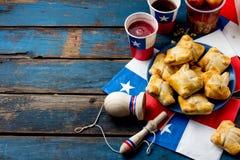 Chilenskt självständighetsdagenbegrepp fiestaspatrias Festar den typiska maträtten och drinken för chilenare på självständighetsd arkivfoton