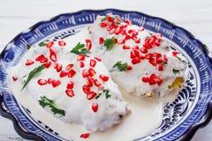Chiles EN πικάντικα τρόφιμα κουζίνας Nogada μεξικάνικα στο Πουέμπλα Μεξικό στοκ εικόνες