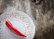 Chiles rojos en fondo de madera envejecido imagen de archivo