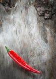 Chiles rojos en fondo de madera envejecido fotografía de archivo