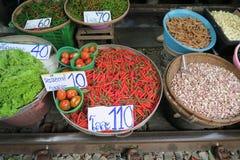 Chiles rojos y verdes en el mercado Foto de archivo libre de regalías
