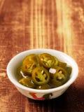 Chiles verdes conservados en vinagre Foto de archivo libre de regalías