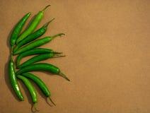 Chiles verdes frescos con el fondo de madera foto de archivo libre de regalías