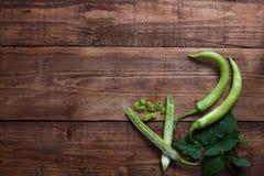 Chiles verdes frescos en la tajadera de madera Imagen de archivo libre de regalías