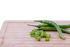 Chiles verdes tajados en la tajadera Foto de archivo libre de regalías