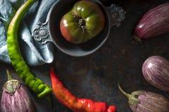 Chili, баклажан и томат на открытом космосе таблицы Стоковые Фотографии RF