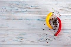 Chili красного и желтого, сладостного перца на светлой предпосылке над взглядом Свободное место для надписей на левой стороне Стоковые Изображения
