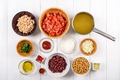 Chili Bean Stew Food Ingredients Top View en la tabla blanca Fotografía de archivo