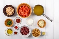Chili Bean Stew Food Ingredients Top View en la tabla blanca Imagenes de archivo