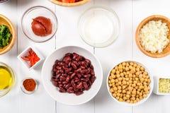 Chili Bean Stew Food Ingredients Top View en la tabla blanca Imagen de archivo libre de regalías