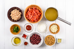 Chili Bean Stew Food Ingredients Top View sur le Tableau blanc Photographie stock