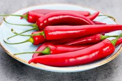 Chili Cayenne pieprz na popielatym tle zdjęcia stock