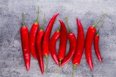 Chili Cayenne pieprz na popielatym tle obraz stock