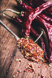 Chili Chili Peppers Flera torkade chilipeppar och krossade peppar på en gammal sked spillde omkring mexikanska ingredienser Arkivfoton