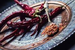 Chili Chili pieprze Kilka wysuszeni chili pieprze i miażdżący pieprze na starej łyżce rozlewali wokoło składniki meksykańscy Zdjęcia Stock