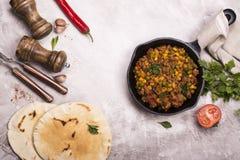 Chili con carne épicé et ingrédients Image libre de droits