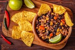 Chili con carne in ciotola con i chip di tortiglia Fotografia Stock Libera da Diritti