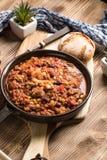 Chili con carne in een kleiholte Royalty-vrije Stock Afbeeldingen