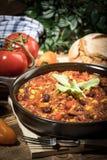 Chili con carne in een kleiholte stock afbeeldingen