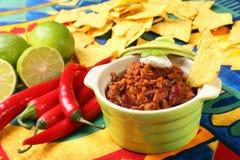 Chili con carne en nachos stock afbeelding