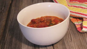 Chili con carne i en bunke stock video