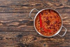 Chili con carne i en kruka fotografering för bildbyråer