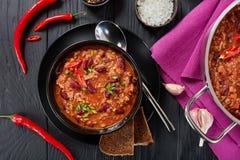 Chili con carne i svart bunke Fotografering för Bildbyråer