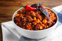 Chili con carne in kom stock afbeeldingen