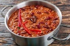 Chili con carne med hela röda chili Arkivfoto