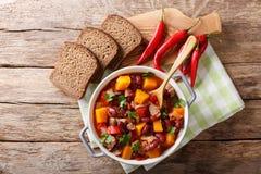 Chili con carne med pumpacloseupen i pannan horisontalöverkant Arkivbilder