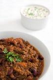 Chili con carne met zure room en bieslook royalty-vrije stock fotografie