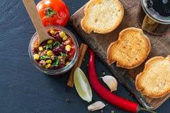 Chili con carne op toost wordt gediend die Stock Afbeelding