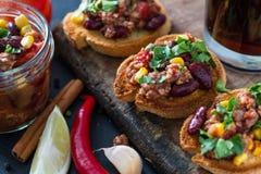 Chili con carne op toost wordt gediend die Stock Foto's